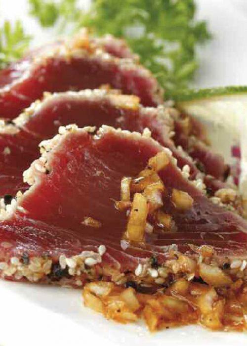 Sashimi de atún con salsa de soja y lima