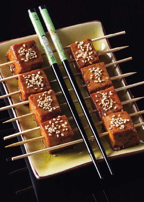 Brochetas de tofu con salsa miso