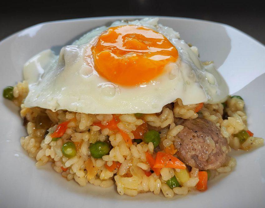 Arroz oriental con salchichas y huevo frito