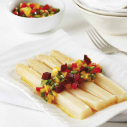 Espárragos blancos con vinagreta de verduras y jamón ibérico