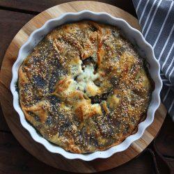 Galette con cebolla caramelizada, berenjena y queso de cabra