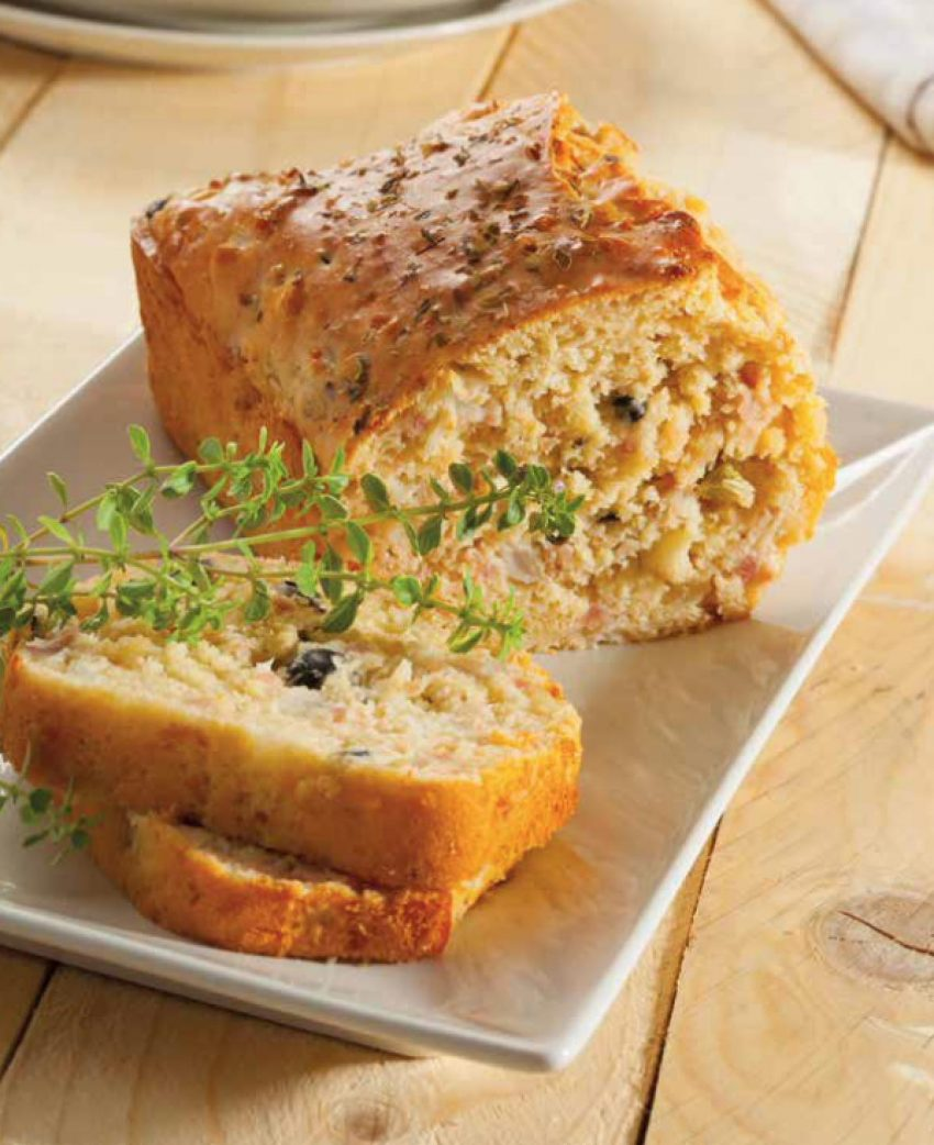 Pan de queso, salchichas y aceitunas negras