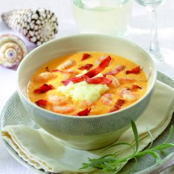 Sopa de gambas con maíz y puré de patatas