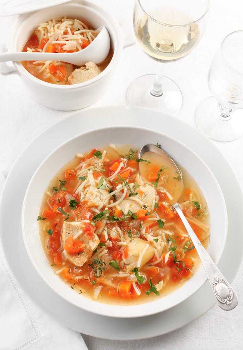 Sopa de pollo y verduras a las finas hierbas