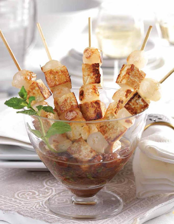 Souvlákia de halloumi y salsa de ouzo y pasas, pinchos griegos